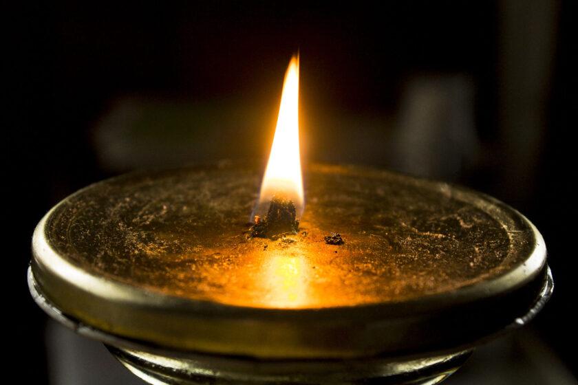hình nền ngọn lửa tĩnh lặng trên đĩa của đèn đồng