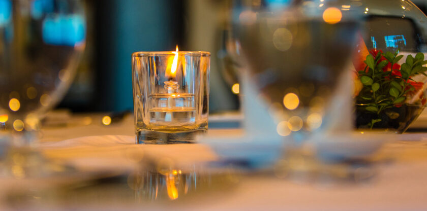 hình nền ngọn lửa vàng huy hoàng trong cốc thủy tinh