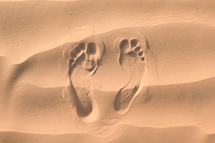 hình nền vết chân trên cát vàng