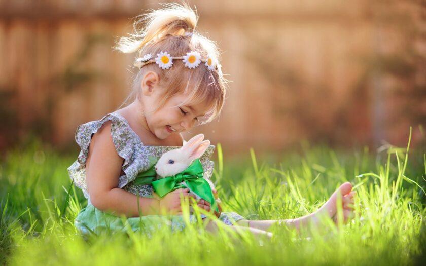 hình nền win 10 về em bé và chú thỏ