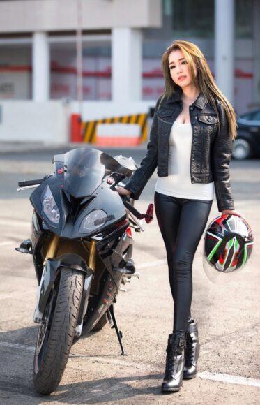 hình nền xe moto bên cạnh người đẹp