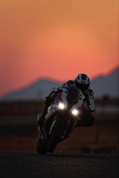 hình nền xe moto đang di chuyển vào chiều tối