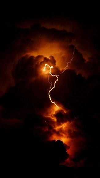 Hình sét như một tia lửa cắt ngang bầu trời