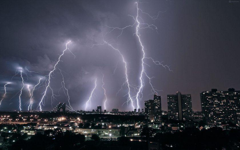 Hình sét từ một cơn bão đổ bộ đến thành phố siêu đẹp.