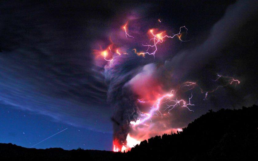 Hình sét từ một cơn lốc xoáy cực ấn tượng