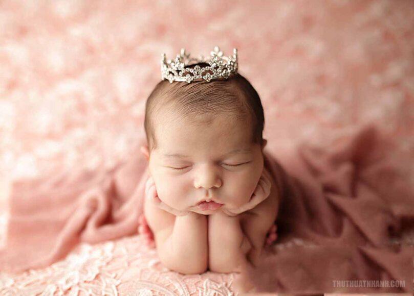 hình ảnh em bé sơ sinh dễ thương làm điệu