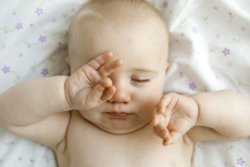 hình ảnh em bé sơ sinh dễ thương ngái ngủ