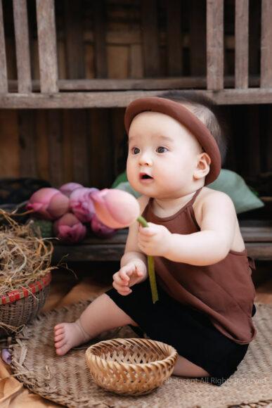 hình ảnh em bé sơ sinh dễ thương nghịch ngợm