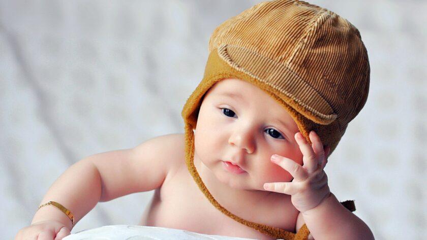 hình ảnh em bé sơ sinh dễ thương suy tư