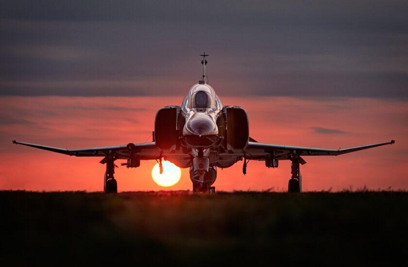 Hình ảnh máy bay chiến đấu đang cất cánh giữa hoàng hôn