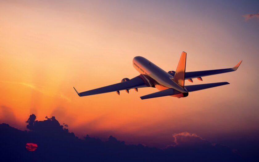 Hình ảnh máy bay chở khách đang cất cánh giữa hoàng hôn