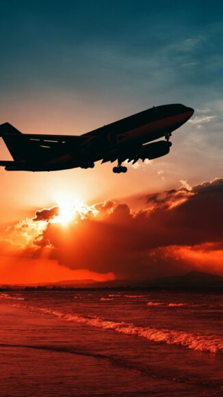 Hình ảnh máy bay dang cất cánh lúc bình minh