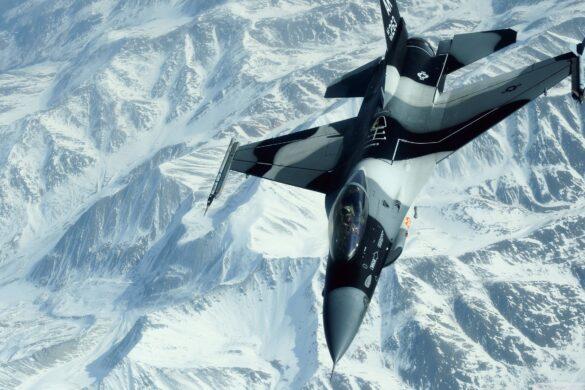 Hình ảnh máy bay tiêm kích giữa núi tuyết