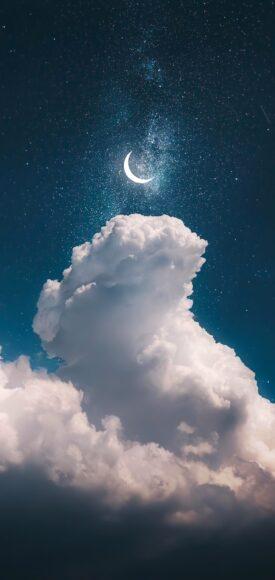 Hình ảnh mây như muốn chạm vào trăng