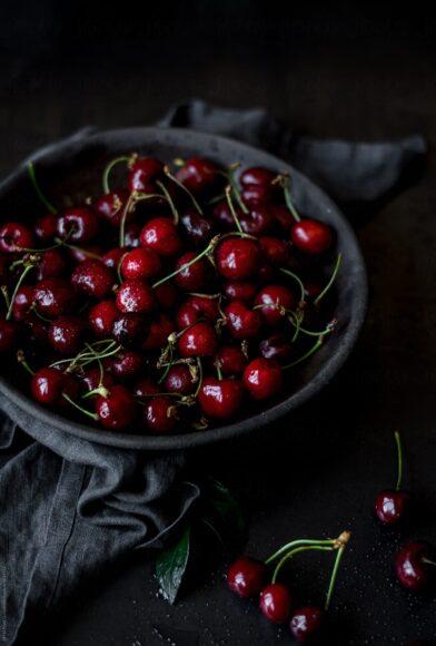 Hình ảnh quả cherry được bày trong không gian tĩnh mịch
