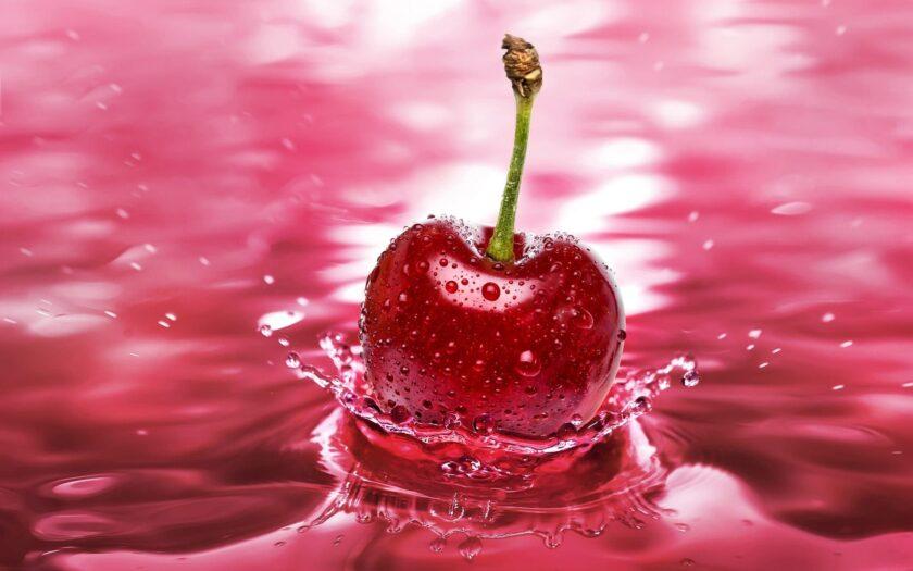 Hình ảnh quả cherry trên nước dưới nền hồng