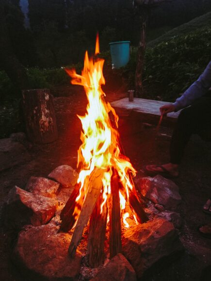 hình nền 4k cho điện thoại với đống lửa đang rực cháy