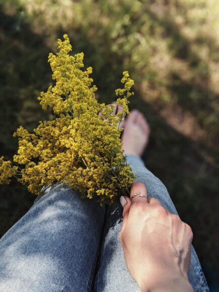 hình nền 4k về đôi chân và hoa cho điện thoại