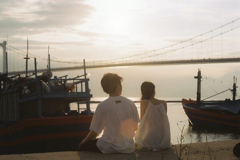 ảnh cặp đôi ngắm hoàng hôn tại bờ biển ở Đà Nẵng