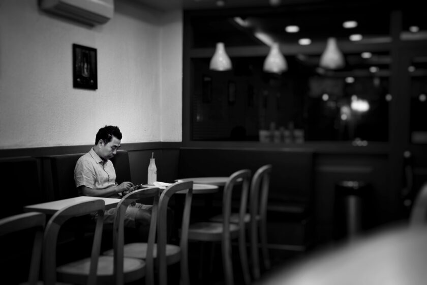 ảnh cậu bạn độc thân buồn chán ngồi ăn một mình