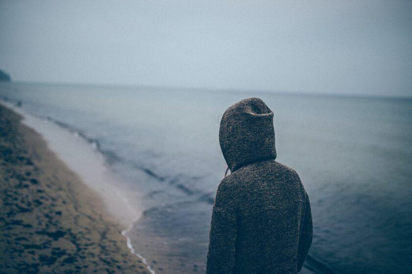 ảnh chàng trai cô đơn trước bải biển sóng vỗ
