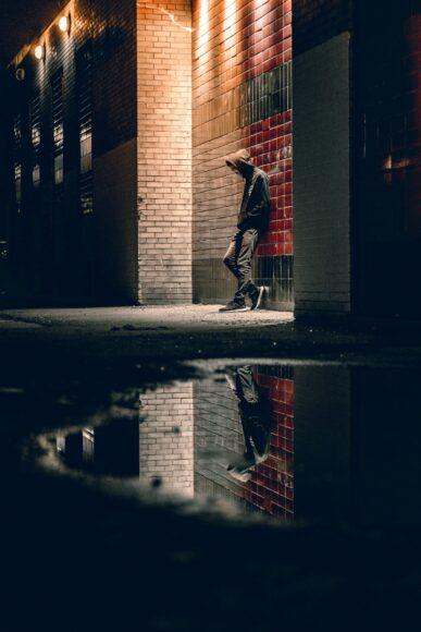ảnh chàng trai độc thân bước đi dưới đèn đường