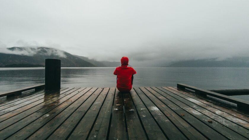 ảnh chàng trai độc thân cô đơn ngồi một mình