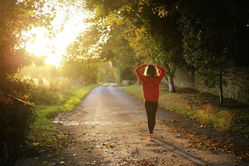 ảnh cô gái sáng sớm đi bộ tập thể dục truyền động lực dậy sớm