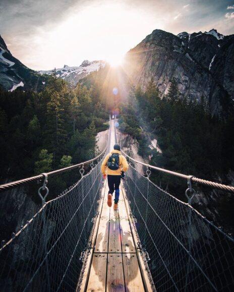 ảnh người bước một mình trên cây cầu tạo động lực và cảm hứng