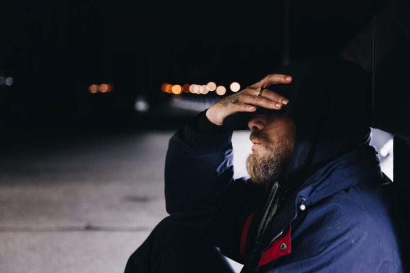 ảnh người đàn ông độc thân ngồi một mình ủ rũ