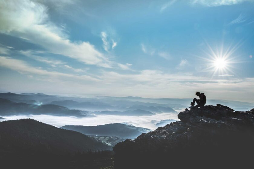 ảnh người độc thân ngồi cô đơn một mình nới đỉnh núi hiu quạnh