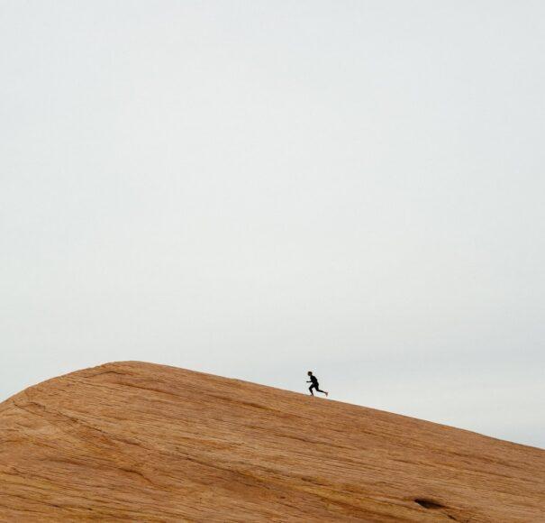 ảnh người một mình leo lên đồi cát truyền động lực về sự quyết tâm vượt khó