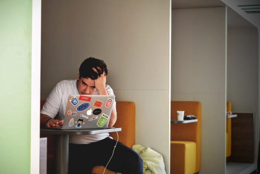 ảnh người vắt óc suy nghĩ công việc truyền động lực không bỏ cuộc khi gặp khó