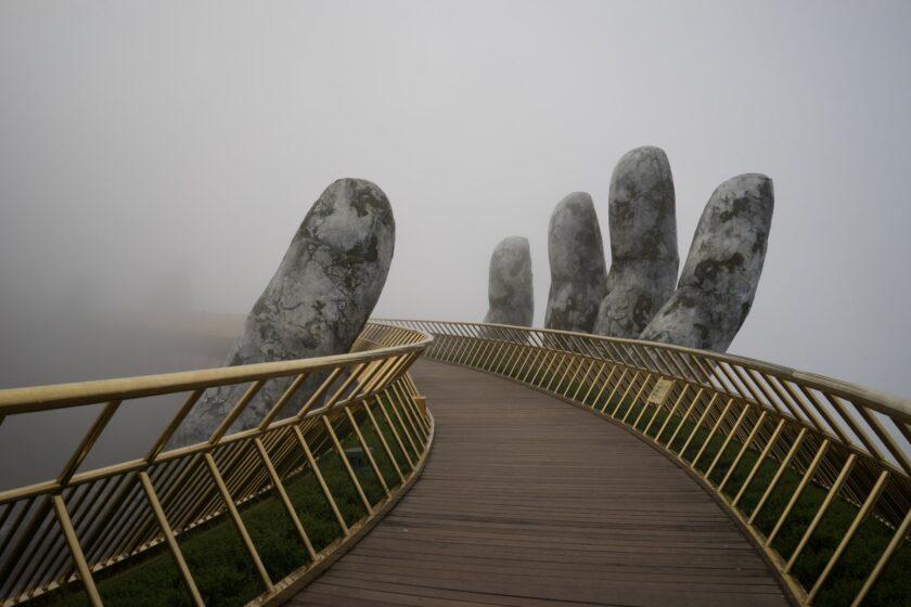 hình ảnh chiếc cầu đặc biệt tại khu du lịch Bà Nà Hills thành phố Đà Nẵng