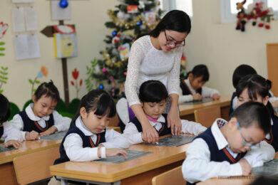 hình ảnh cô giáo và học sinh chăm chú trong giờ học