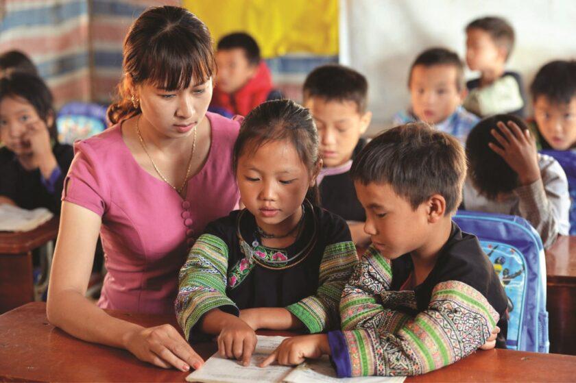 hình ảnh cô giáo và học sinh dân tộc thiểu số