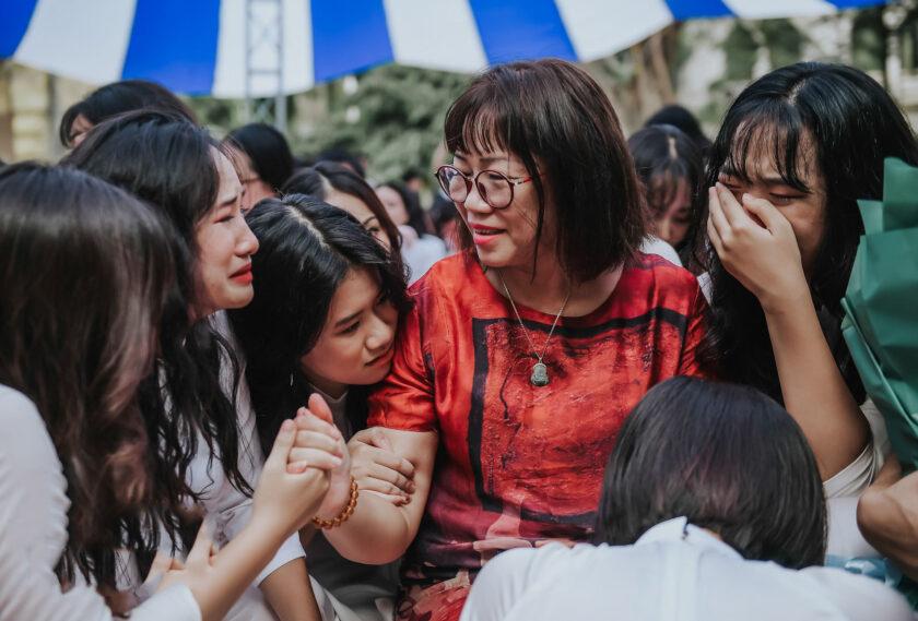 hình ảnh cô giáo và học sinh lễ bế giảng