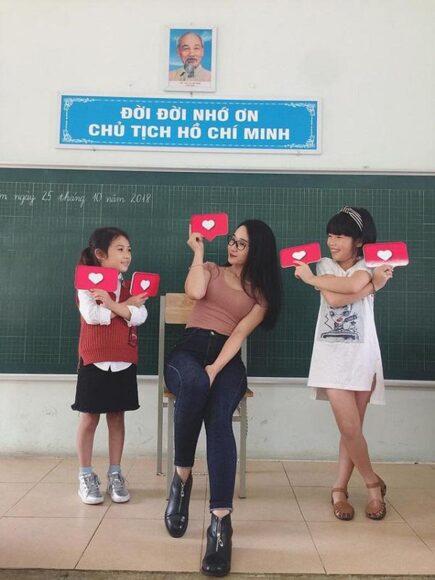 hình ảnh cô giáo và học sinh sinh hoạt ngoại khóa