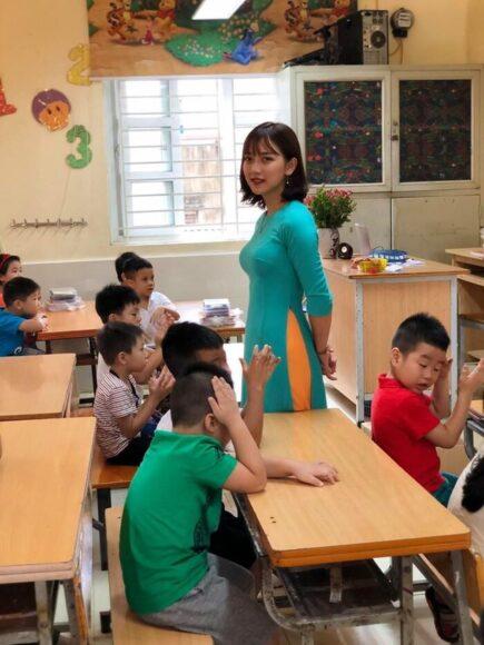 hình ảnh cô giáo và học sinh trong giờ ra chơi
