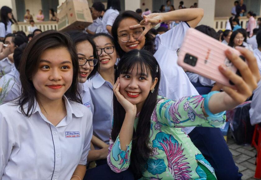 hình ảnh cô giáo và học sinh vui vẻ, thân thiết