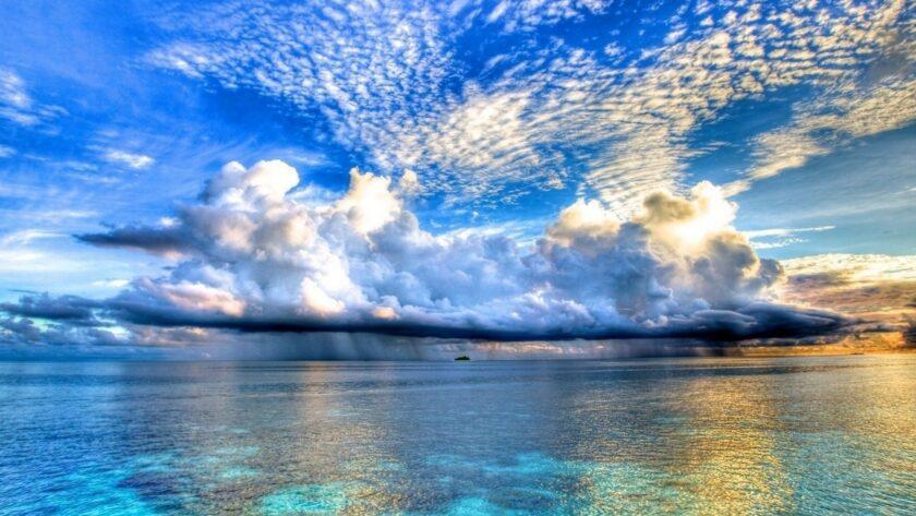 Hình ảnh mây đang đổ mưa xuống giữa vịnh san hô