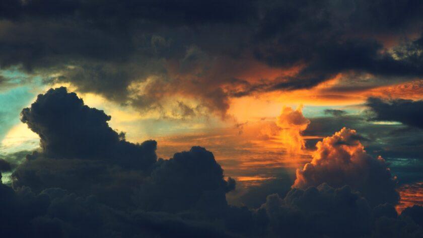 Hình ảnh mây đen hai tầng đang hòa vào nhau