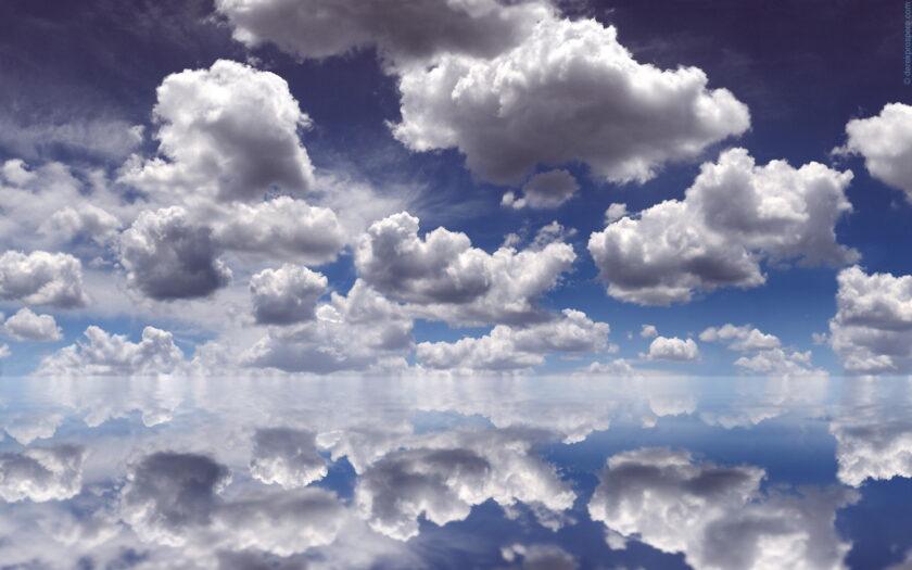 Hình ảnh mây trên bầu trời đượ phản chiếu bởi ruộng muối