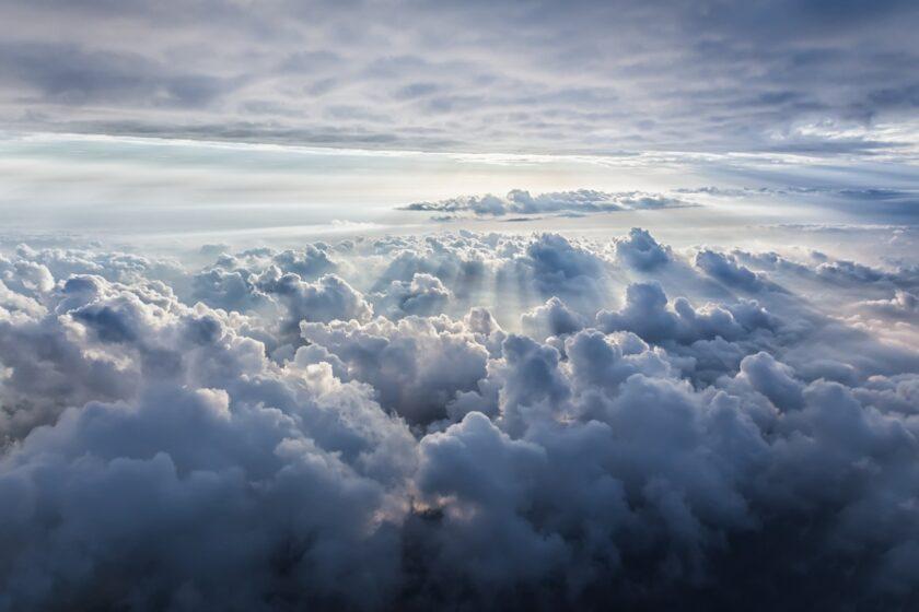 Hình ảnh mây trời với những tia nắng lọt qua như ở thiên đàng