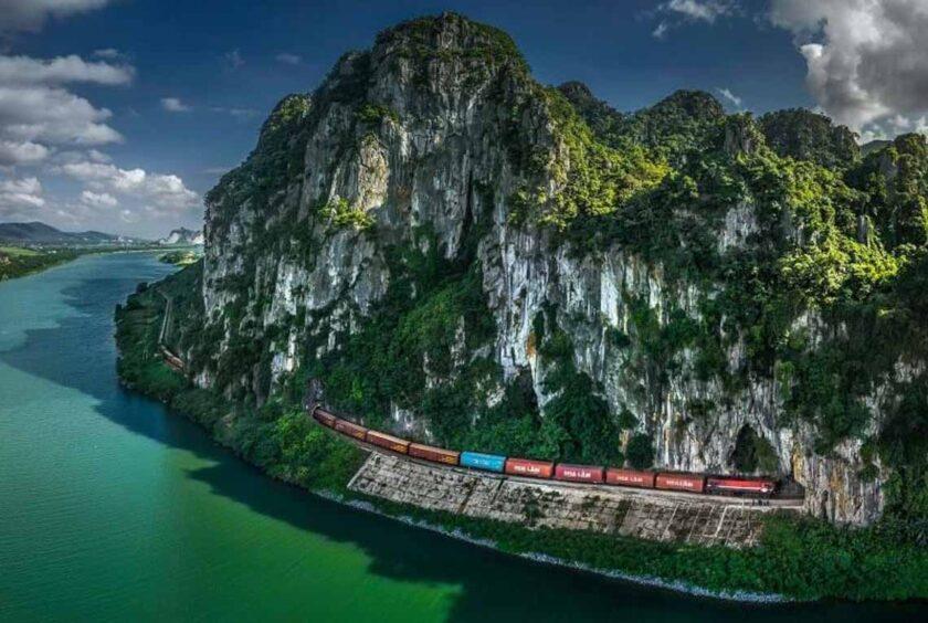 bức ảnh Tàu Qua Hầm Lệ Sơn