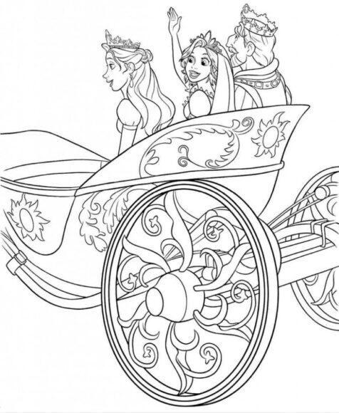 Công chúa tóc mây cùng vua cha và hoàng hậu ngồi trên xe ngựa