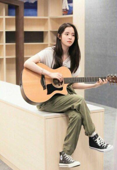 hình hot girl xinh đẹp đánh đàn guitar